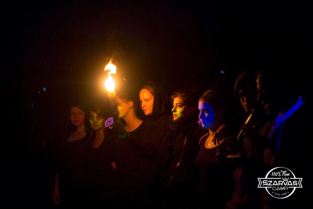 Горящие свечи, мелодичные молитвы и запах специй создают особую атмосферу, наполненную сильными чувствами. Ты не можешь этому противостоять. Просто расслабься и получай удовольствие.
